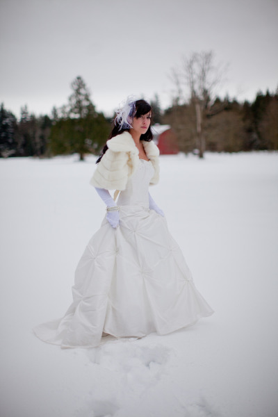 A gorgeous bride rockin' her winter white fur. (Photo from Dragonflight Photography via Style Me Pretty)
